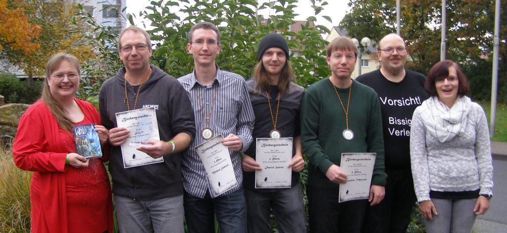 Storyolympiade 2015/2016 Preisverleihung Buchmesse CON, v.l.n.r. Tatjana Stöckler (Moderation), Günter Wirtz (1. Pl.), Michael Edelbrock (3. Pl.), Daniel Huster (3. Pl.), Joachim Tabaczek (2. Pl.), Torsten Low (Verleger) und Martina Sprenger (Ehrungsmanagement)